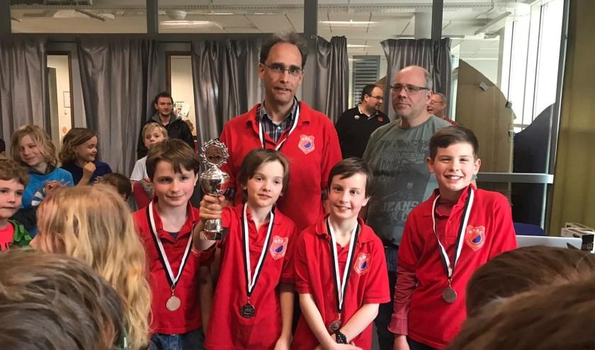 de trotse schakers met beker en medailles