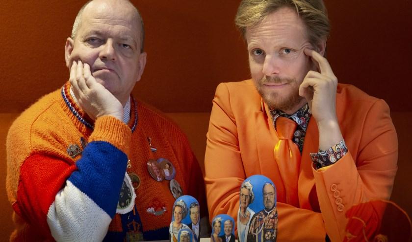Cabaretier Patrick Nederkoorn (rechts) en Oranje-kenner Oscar Meijer hosten deze avond.