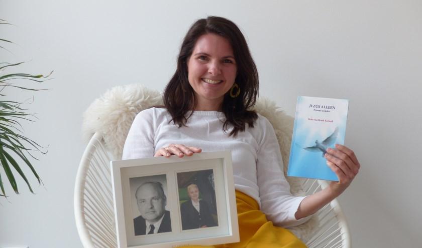 Betty van Braak-Eerbeek heeft in het boek 'Jezus alleen' haar levensverehaal geschreven en een eerbeton aan haar ouders. (Foto: Diana Kervel)
