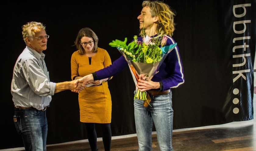 Mary Janssen ontvangt juryprijs Culturele Ronde van Jelle de Gruyter.Foto: Ingeborg Leeftink