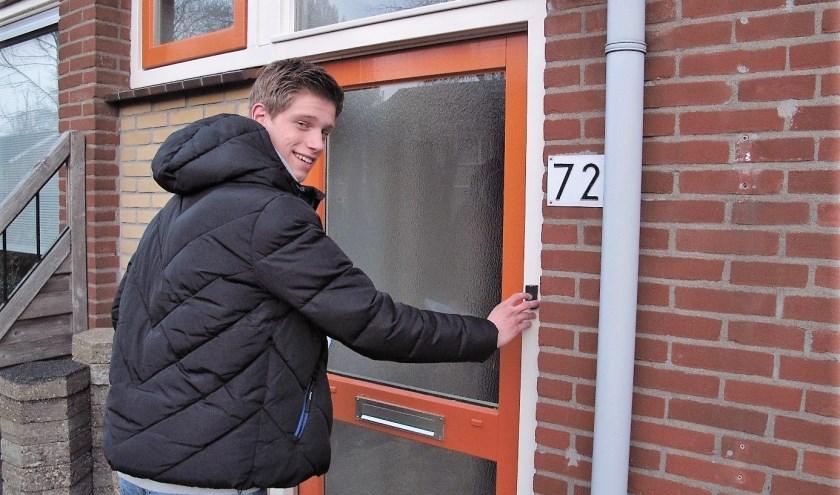 Robert Jan Huisbrink belt aan op Arthur Brietstaat 72 voor een uitnodiging van het Noord-Veluws Museum. (Foto: eigen foto)
