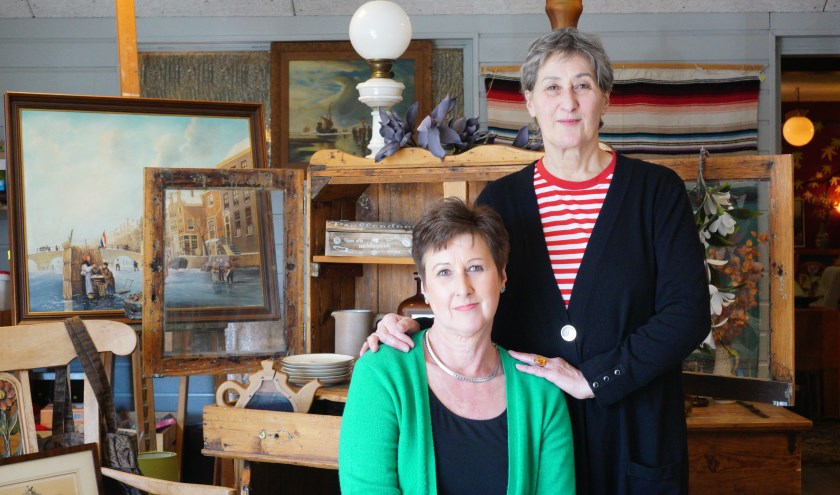 Louise de Beun en Nannie Wolters bij een handgemaakte kast uit Afrika. FOTO: Ellis Plokker