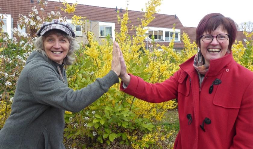 Docent Majelle Bakker en deelnemer Marjo Broekman zitten een stuk lekkerder in hun vel dankzij hun wekelijkse Biodanza. (foto: Marnix ten Brinke)