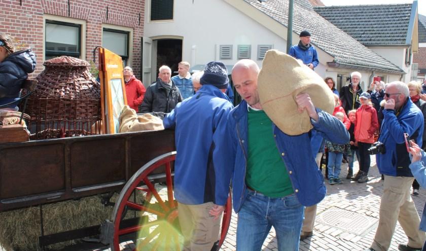 Schijnbaar moeiteloos gooide wethouder Auke Schipper van Hattem zaterdag een zak tarwe op de schouder. De tarwe, aangevoerd met paard en wagen, werd gemalen in molen De Fortuin binnen. Met het storten van de tarwe, konden de wieken van molen De Fortuin hun werk weer gaan doen.