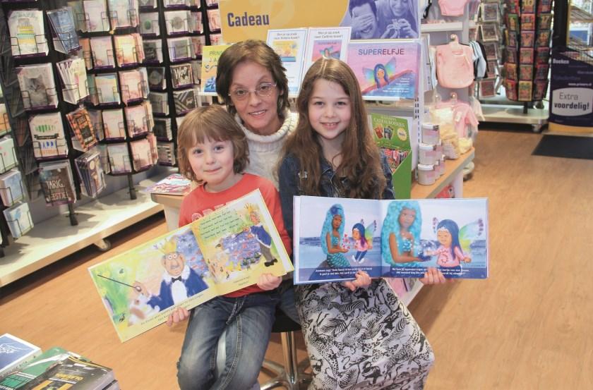 Corry Louwers met haar kleinkinderen Aidan en Caitlin van den Berk.