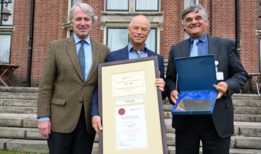 V.l.n.r. Lodewijk Ridderbos (algemeen directeur ReumaNederland), prof. dr. Peter van der Kraan (hoofdonderzoeker Research Centre of Excellence van Radboudumc) en prof. dr. Frank van den Hoogen (hoofd afdeling Reumatologie van Radboudumc en de Sint Maartenskliniek).