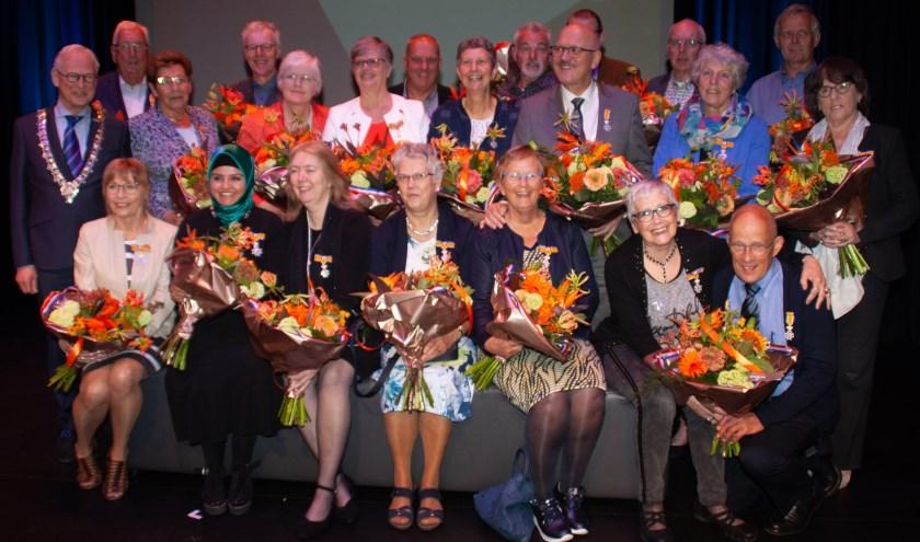 De gedecoreerden poseren, samen met burgemeester Lokker, voor de fotograaf. Foto: Jacques Stam