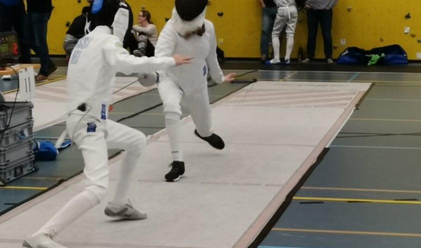Zeb Visser (links) maakt een aanval.