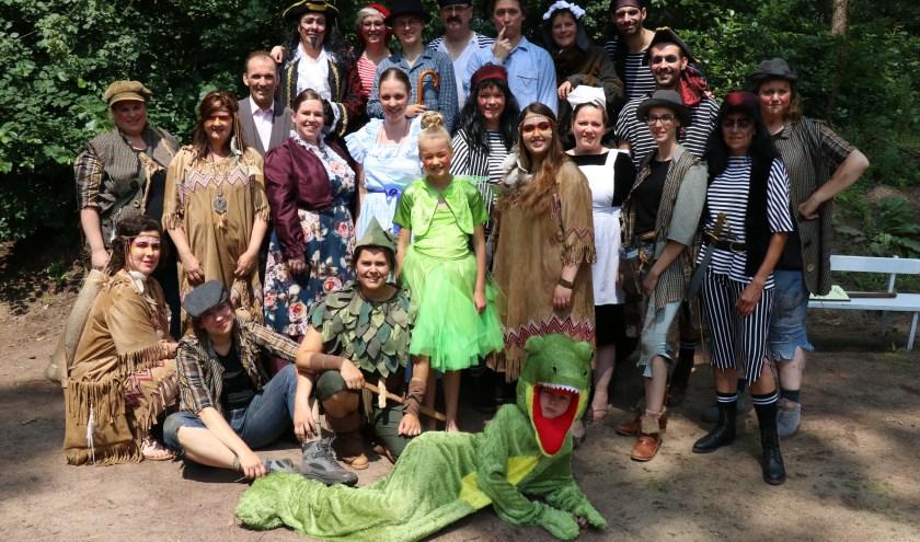 Vorig jaar speelde speelgroep Hoessenbosch de voorstelling Peter Pan. Dit jaar zijn er twee voorstellingen van  door volwassen spelers: Vrouw Holle en Het staat in de sterren, dé thriller.