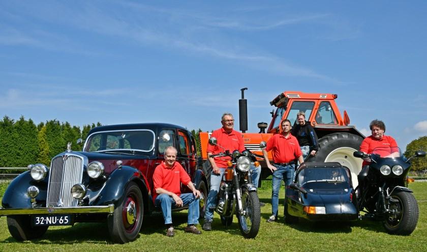Wim Nass (vlnr), Gerard Reijmer, Alfons Thus, Mark Boxstart en Willy Hendriks met hun oldtimers. (foto: Ab Hendriks)