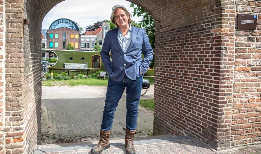 """Rob Bults bij de stadsmuur. """"ZwolleUnlimited is een festival waar iedereen zich kan laten verleiden door het aanbod."""" (foto: Frans Paalman)"""