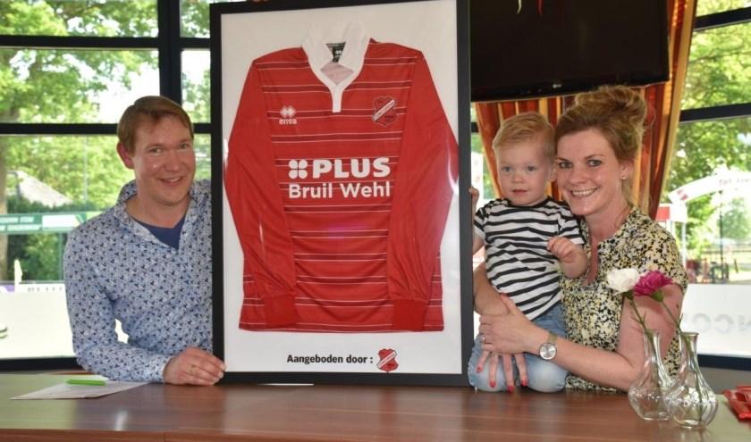 Gerard & Shirley Bruil samen met zoontje Jort en het nieuwe shirt.