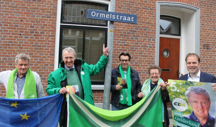 Henk Jan Ormel, wethouder Hans te Lindert en CDA-raadsleden uit de gemeente Aalten op verkiezingstournee in de Ormelstraat Aalten.