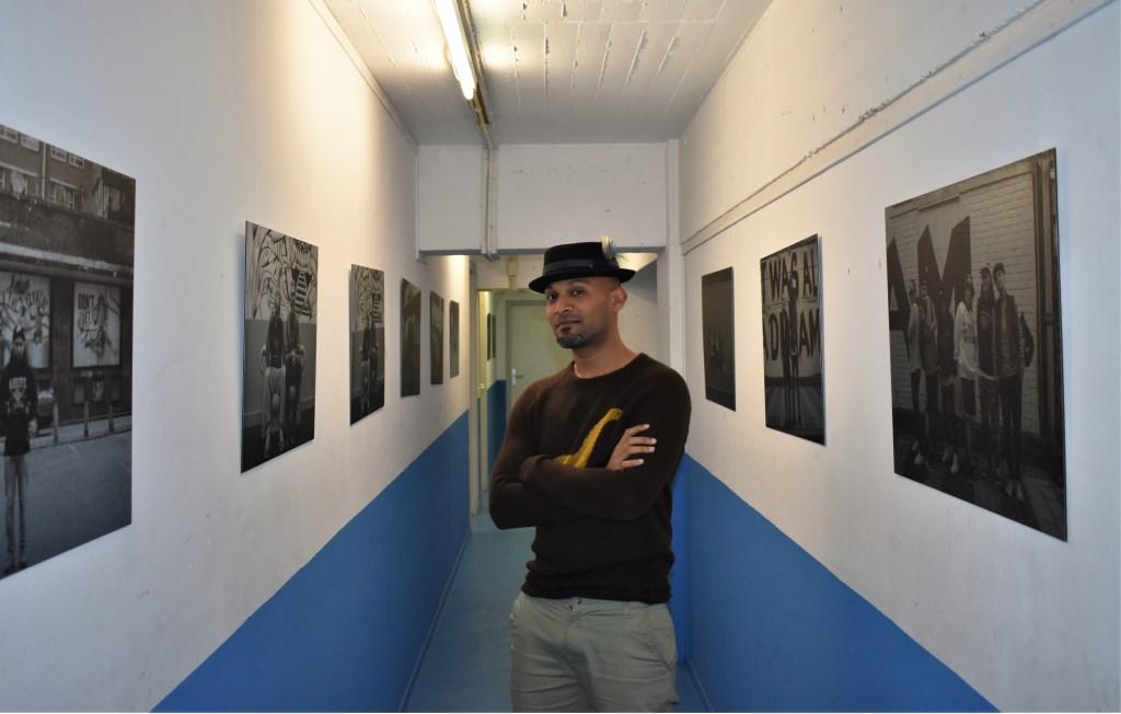 """Rajiv in de kelder van het HipHopHuis, waar hij al vanaf zijn achttiende komt: """"Ik motiveer mezelf het best wanneer ik andere mensen in hun kracht kan zetten."""" (Foto: Wouter Vocke) Foto: Wouter Vocke © DPG Media"""
