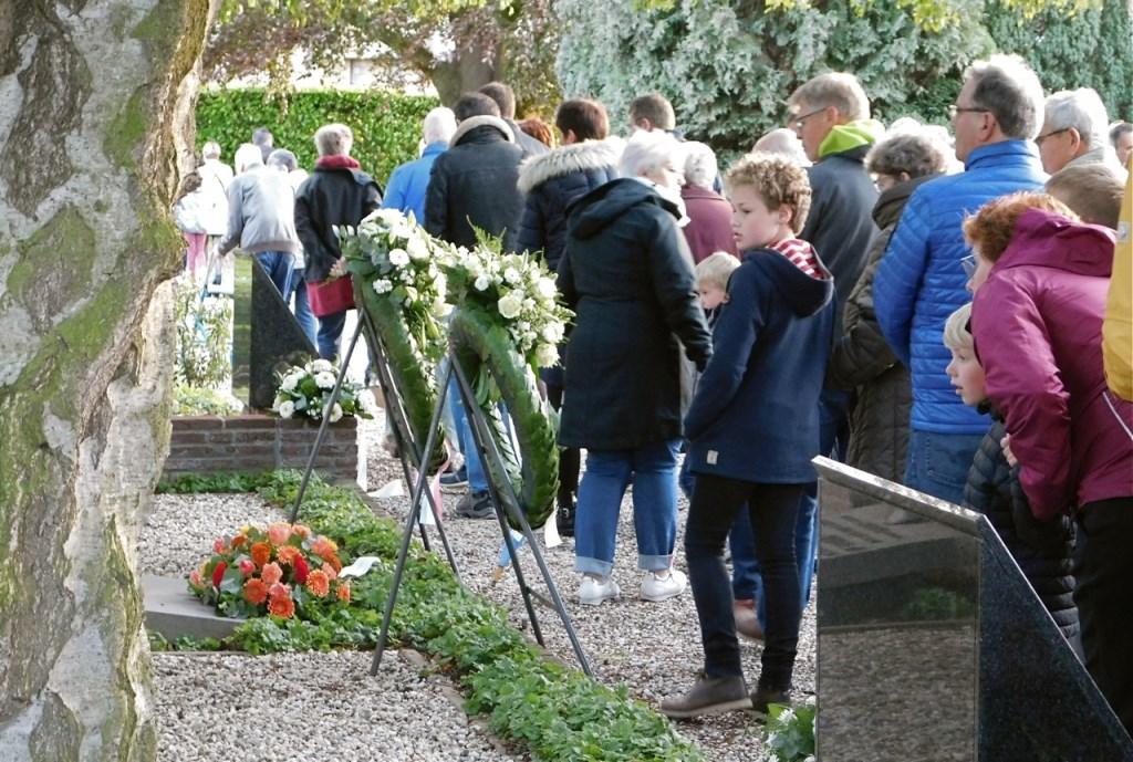 Druk op de begraafplaats in 's-Gravendeel. (foto: Arie Pieters)  © DPG Media