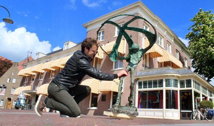 Het beeld van Jits Bakker is naar Hotel de Wereld gebracht, onder meer door de zoon van Jits Bakker, Tibo van de Zand