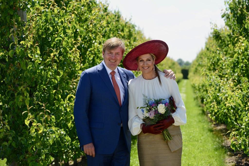 Het koningspaar poseert tussen de perenbomen  © DPG Media