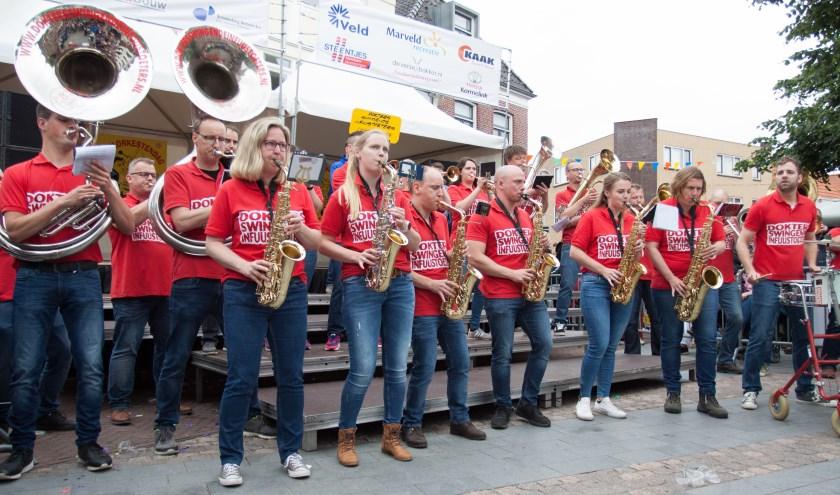 Dokters Swingende Infuustoeters uit Lichtenvoorde maken het echt aanstekelijk vrolijk in Groenlo. Foto: Gerard Houben