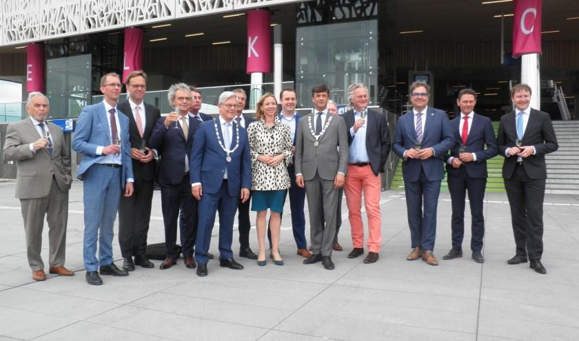 Staatssecretaris Stientje van Veldhoven proost met de verschillende partijen op het station. Foto Kees van Rongen