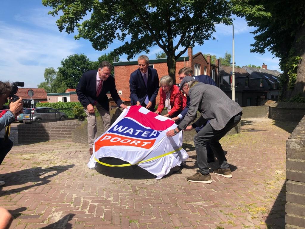 Wethouder Evert Weys van de gemeente Bergen op Zoom onthulde de regiomarkeringssteen Stroomgaten.   © DPG Media