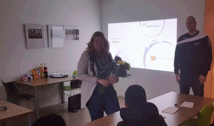 Marije Kuppens wordt bedankt door deelnemers van Project Kansrijk. (Foto: Vincent Koelewijn, Malkander)