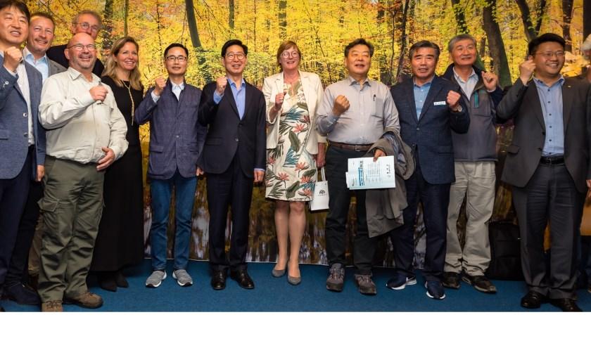 Zuid-Koreaanse delegatie samen met wethouder Ankie Smit en vertegenwoordigers van werkverband Getij Grevelingen.