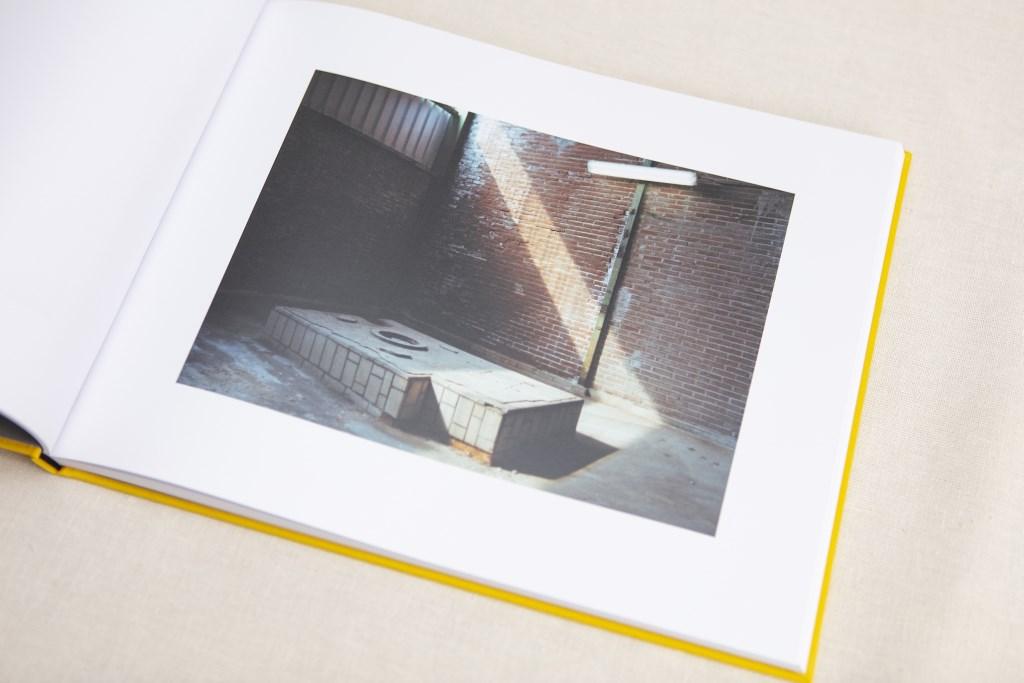 Een gele omslag omhult het beeld van een publiekgeheim: de Thermphos fabriek, vastgelegd door  Paul van Bueren in 56 foto's.  © DPG Media