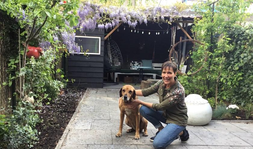 """Dinie Warnders: """"Voor het eerst in mijn leven woonde ik helemaal alleen, samen met mijn hond Amber."""" (Foto: DFP)."""