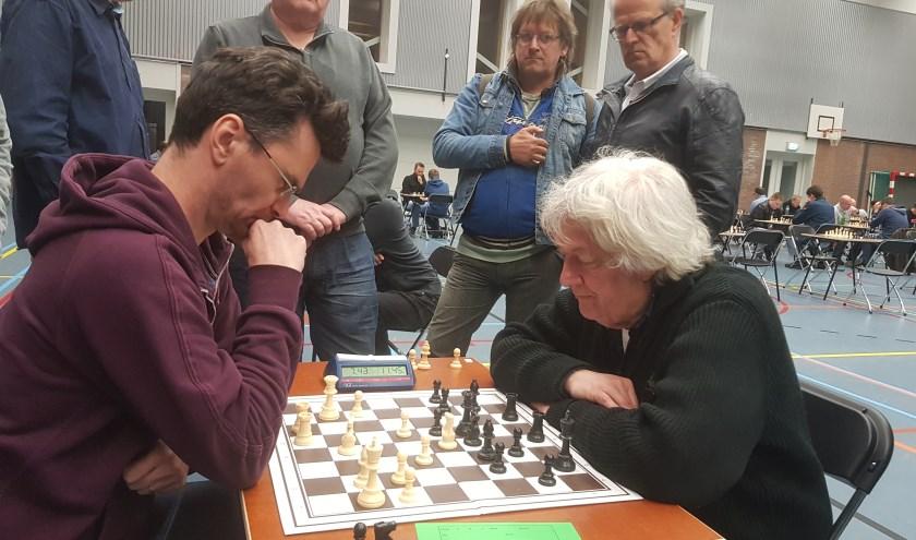 De oude strijdmakkers Loek van Wely (l) en Jan Timman (r) speelden in de zesde ronde een enerverende remise. (foto: Kees Stap)