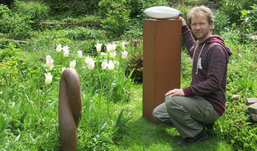Kunstenaar Simon Hof met twee van zijn kunstwerken. Foto: Ria van Vredendaal
