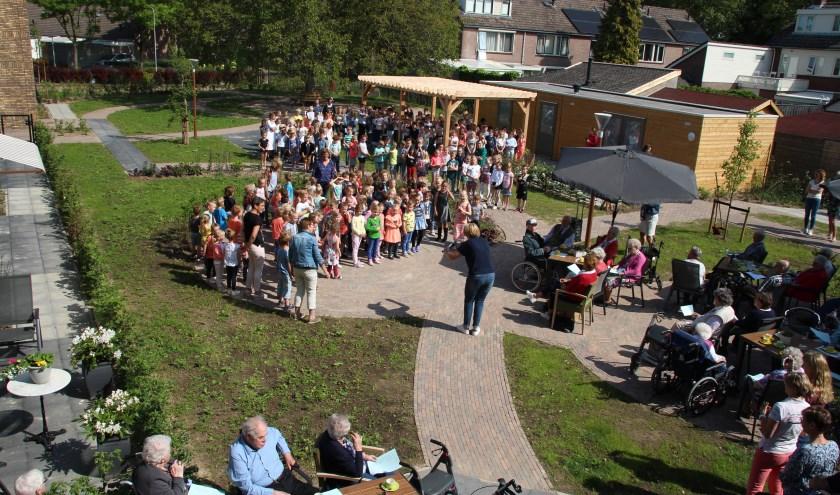 Onder grote belangstelling werd het nieuwe woonzorgcentrum Lingehof van SZR in Beesd officieel geopend.