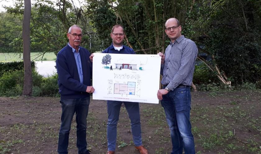 V.l.n.r. Kerkrentmeester Everard Post, Sjoek Nutma van Uitvaartzorg Deventer en kerkrentmeester Bart Lubberdink presenteren het plan voor het afscheidshuis. (foto PR)