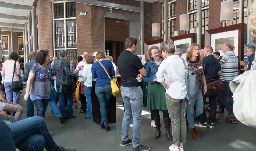 Foto (Johan van Spanjen): Maandelijks doen 100 werkzoekende vijftigplussers nieuwe energie en ideeën op bij Netwerkcafé Utrecht.