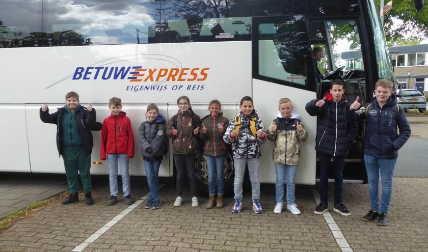 Leerlingen van OBS Da Vinci vlak voordat ze de bus instappen op weg naar Madurodam voor de Nationale Kinderherdenking in Den Haag. (foto: Marnix ten Brinke)