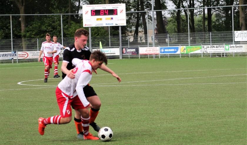 Jan van Arckel kijkt nu al terug op een goed seizoen. Na de 7-3 overwinning op Buren staat de ploeg keurig in het linkerrijtje. Trainer Marco van Loon zag een team dat wilde winnen. Foto: Wout Pluijmert
