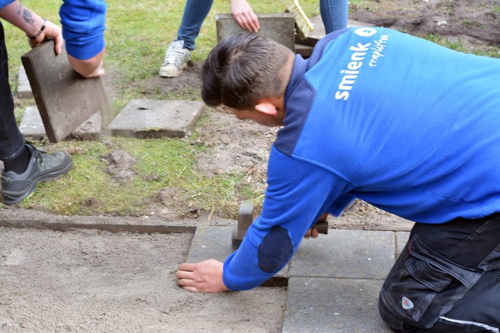 Werknemer aan het klussen. (Foto: Jan Peter Boer)  © DPG Media
