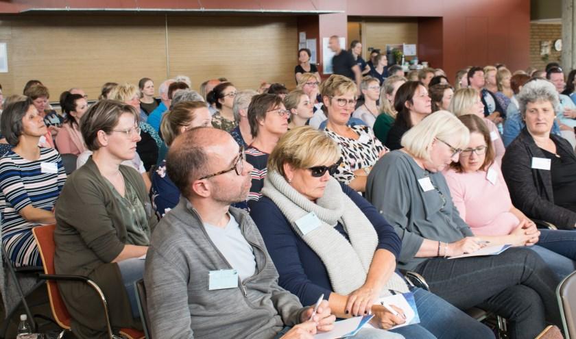 De vele bezoekers luisterden geïnteresseerd naar de sprekers