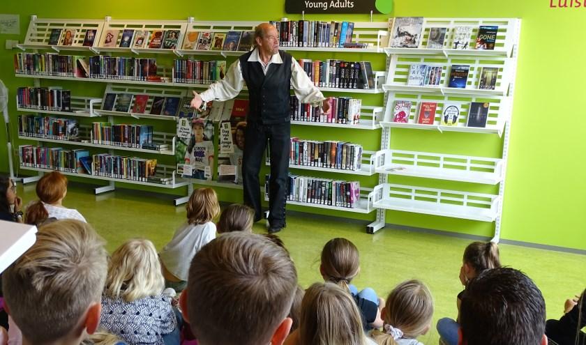 Verteller Eric Borrias vertelt aan leerlingen van groep 7 een spannend verhaal uit de tijd van de Hollandse Waterlinie.