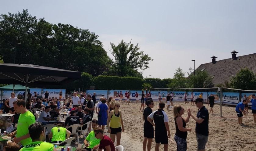Vorig jaar was het ook reuzegezellig bij het beachvolleybal in Dommelen.