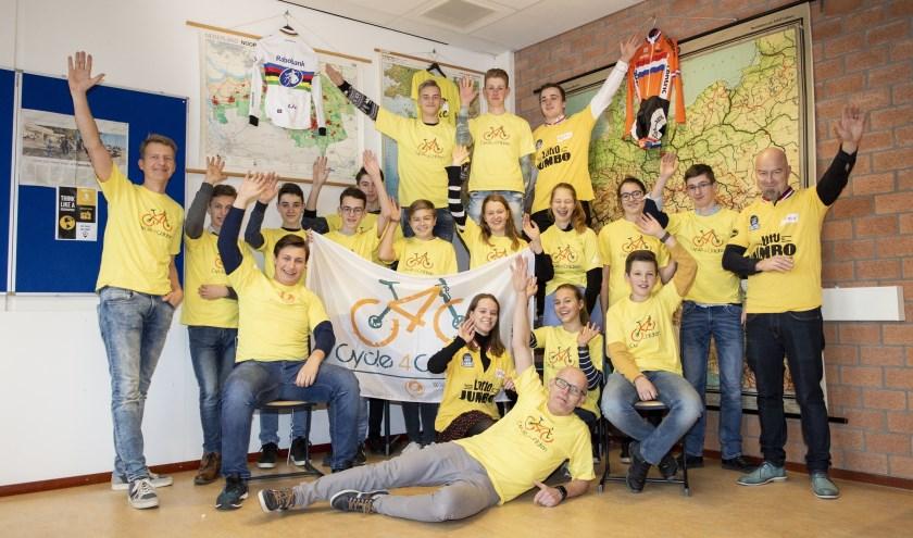 De deelnemers aan de twintigste editie van het fietsproject 'Cycle4children' op het Willem van Oranje College in Waalwijk zijn er klaar voor.