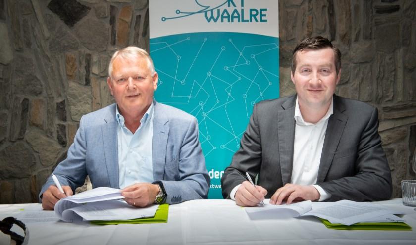 De ondertekening van het akkoord tussen KT Waalre en KPN.