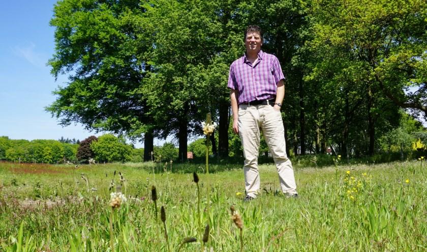 Dorpsecoloog Paul Minken op een veld met veel variatie in bloemen. FOTO: Ellis Plokker
