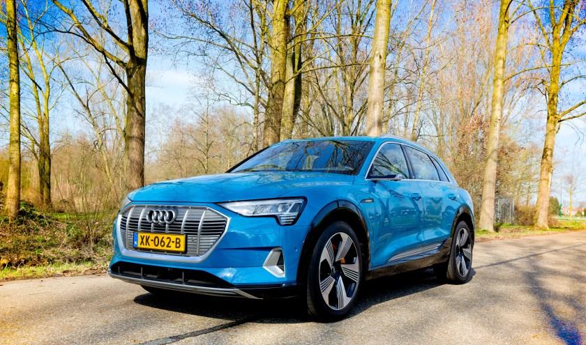 De Audi e-Tron moet laten zien dat ook dit Duitse automerk gelooft in elektrisch rijden. FOTO BART HOOGVELD