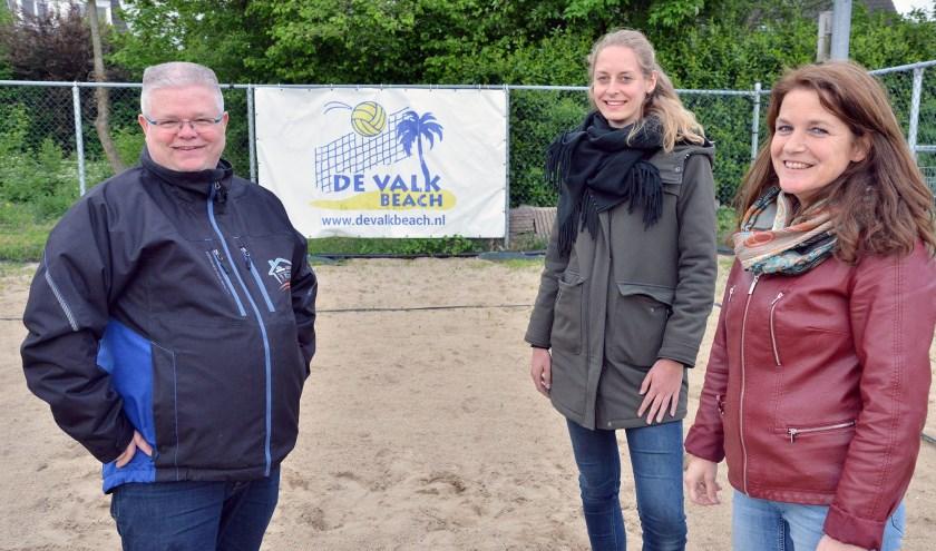 Henny Goergen, Mieke Vlooswijk en Wendy van Kuilenburg van volleybalvereniging De Valk zoeken nieuwe spelers. (Foto: Paul van den Dungen)