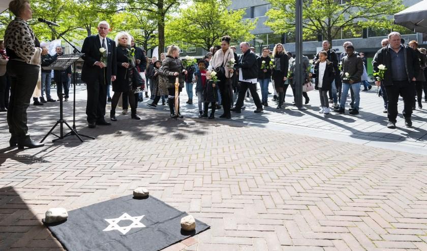 Zaterdag werden op de Waalwijkse Markt de eerste twee herdenkingsstenen onthuld. Later volgen er meer. Foto: Gemeente Waalwijk