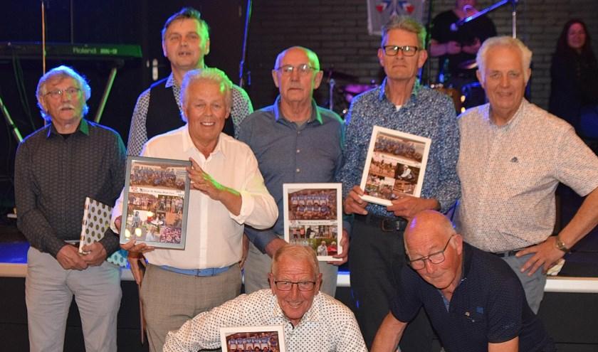 Acht leden die vanaf de oprichting lid waren van Houdt de Ketting Strak werden zaterdagavond gehuldigd tijdens het jubileumfeest.