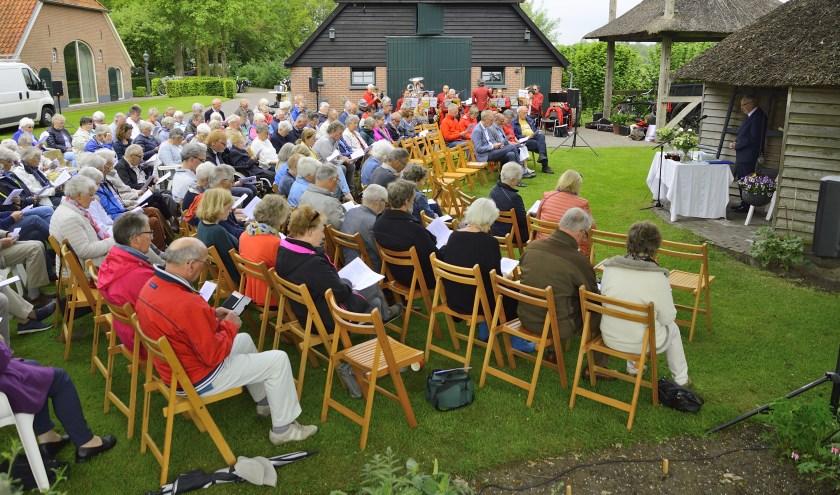 Dit jaar wordt voor de vijfde keer op Hemelvaartsdag een oecumenische kerkdienst gehouden op het erf van boerderij De Klooster.