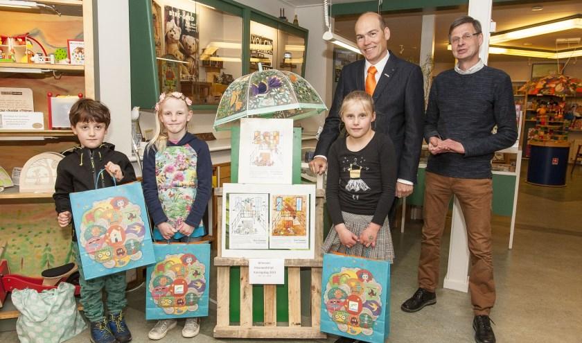 Oscar Roger (5 jaar), Ilse Heitmeijer (6 jaar) en Tess Kleinrensink (8 jaar) zijn de prijswinnaars van de kleurwedstrijd. Foto: Johan Mulder