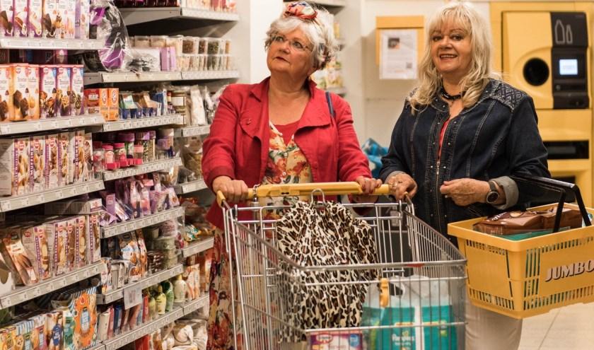 Gesprekken in de supermarkt worden op het toneel gebracht door theatergroep Hangplek voor Ouderen. Foto: ©Birgit Schuch