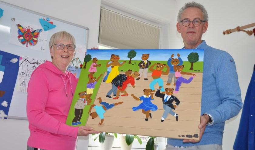 Roel Vreeburg (rechts) kocht het eerste werk dat Gerda Cloosterman beschikbaar stelde voor Stichting Kinderwerk Horeb.